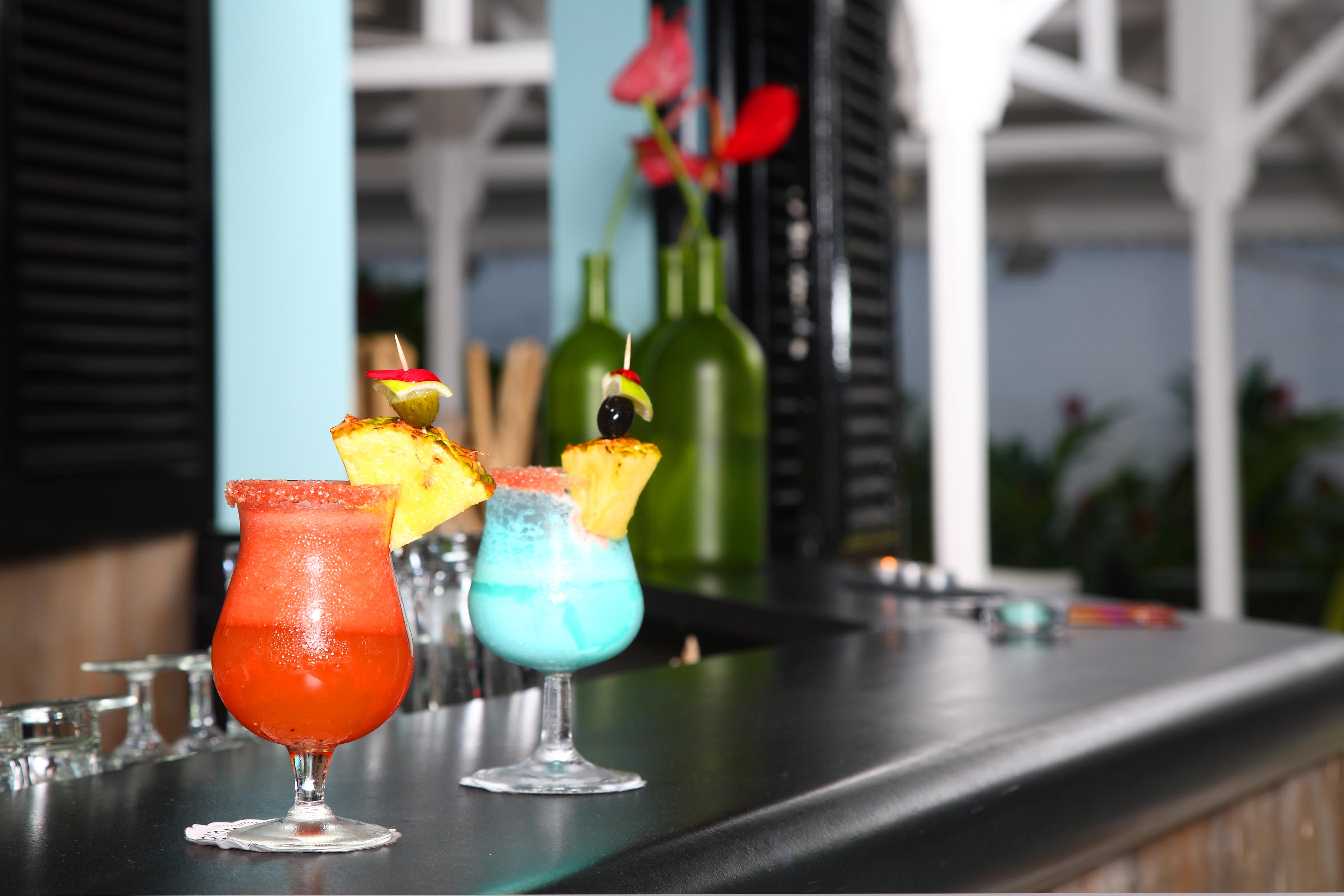 http://www.deshotelsetdesiles.com/hotel-vol-guadeloupe/photos/Bar02.jpg