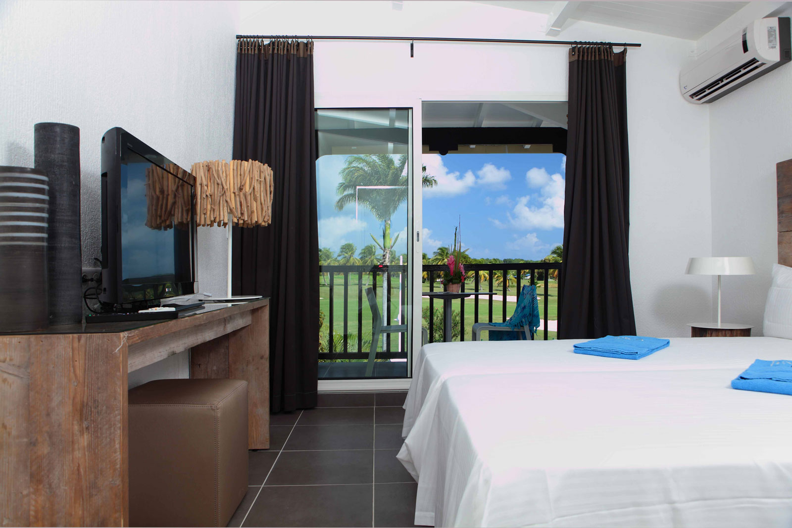 http://www.deshotelsetdesiles.com/hotel-vol-guadeloupe/photos/Chambre-vue-golf14.jpg