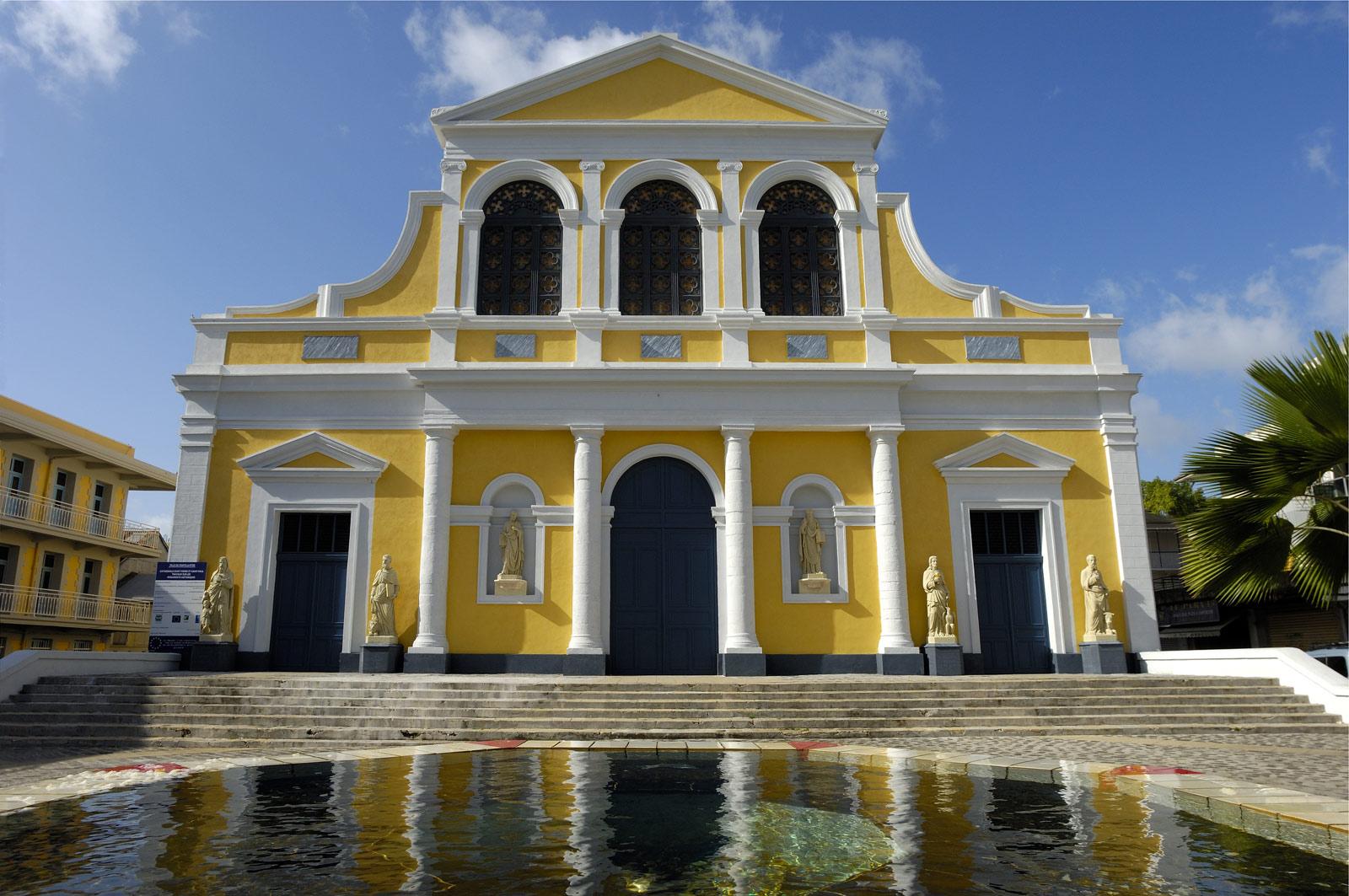 http://www.deshotelsetdesiles.com/hotel-vol-guadeloupe/photos/cathedrale-saint-pierre-et-.jpg
