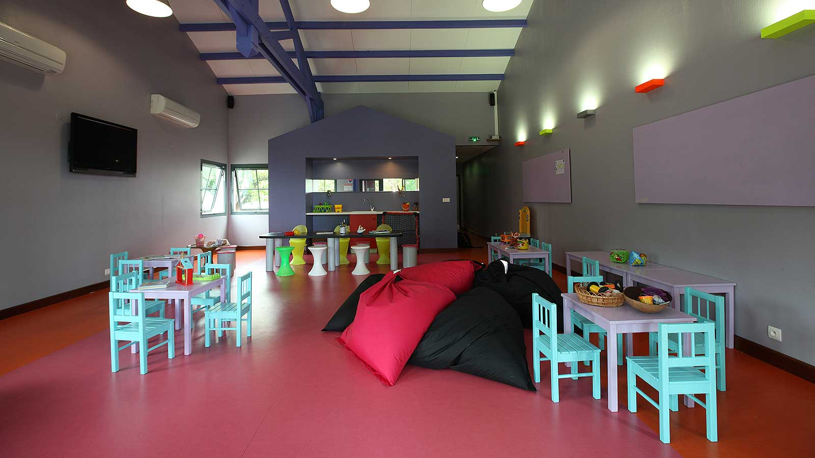 http://www.deshotelsetdesiles.com/hotel-vol-guadeloupe/photos/diapo-creole-club-enfant.jpg