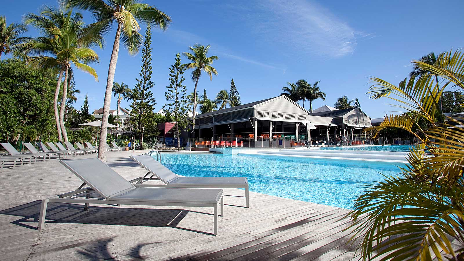 http://www.deshotelsetdesiles.com/hotel-vol-guadeloupe/photos/diapo-creole-piscine.jpg