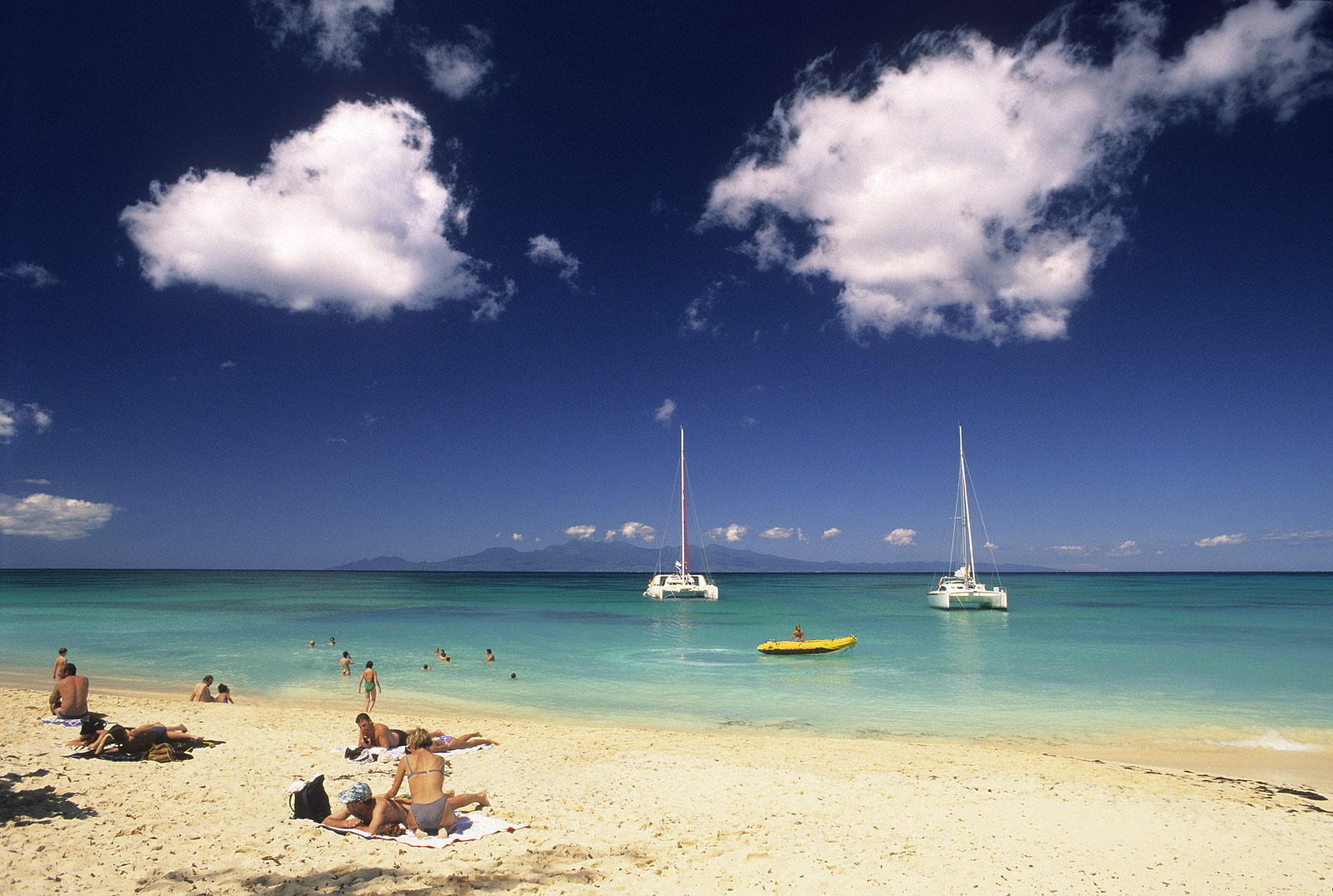http://www.deshotelsetdesiles.com/hotel-vol-guadeloupe/photos/plage-de-marie-galante-guad.jpg