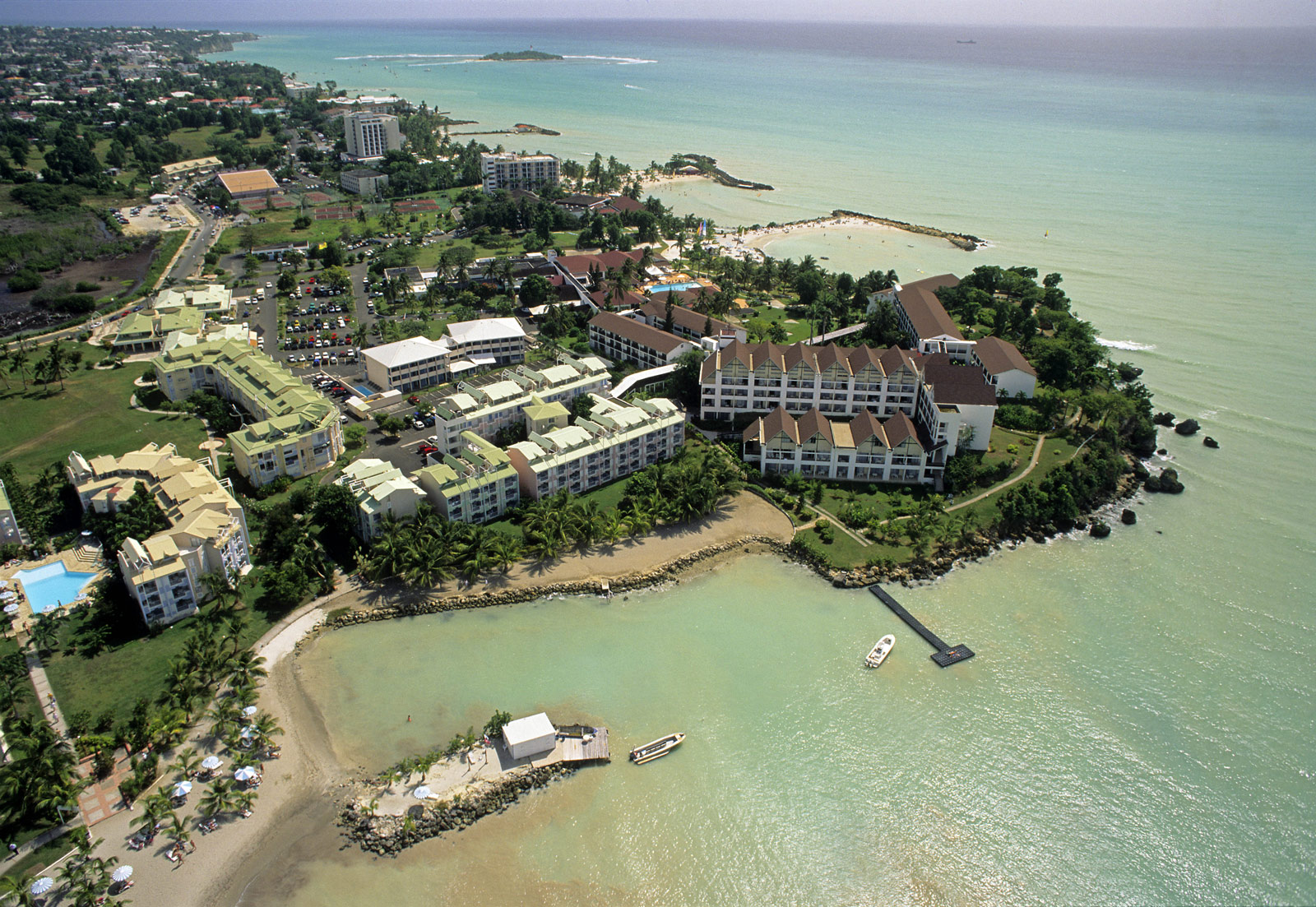 http://www.deshotelsetdesiles.com/hotel-vol-guadeloupe/photos/vue-aerienne-dun-complexe-.jpg